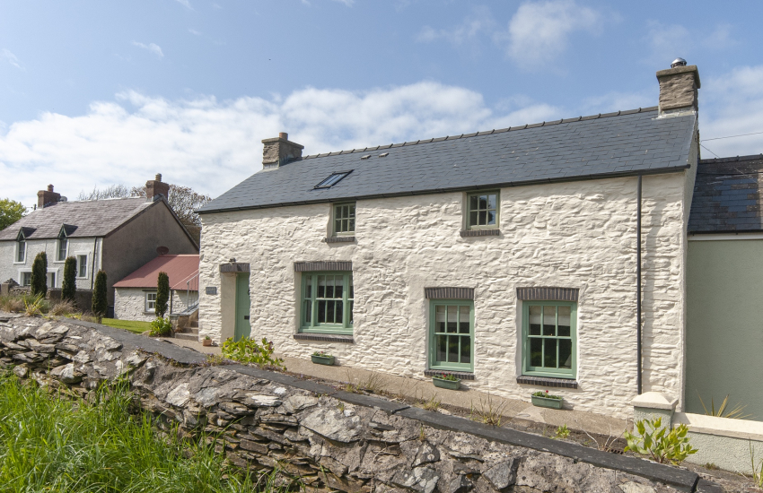 Pet friendly traditional Welsh cottage near Abercastle