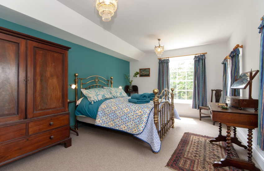 Carew holiday house sleeps 9 - double with en-suite shower and brass bedstead