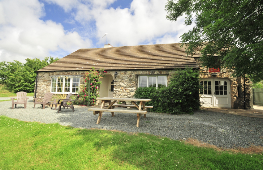 St Davids traditional Welsh stone cottage with large gardens - pets welcomed