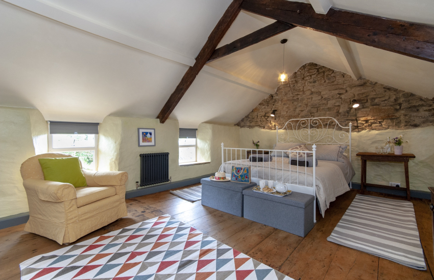 Newgale holiday cottage - double bedroom on the first floor with king size bed