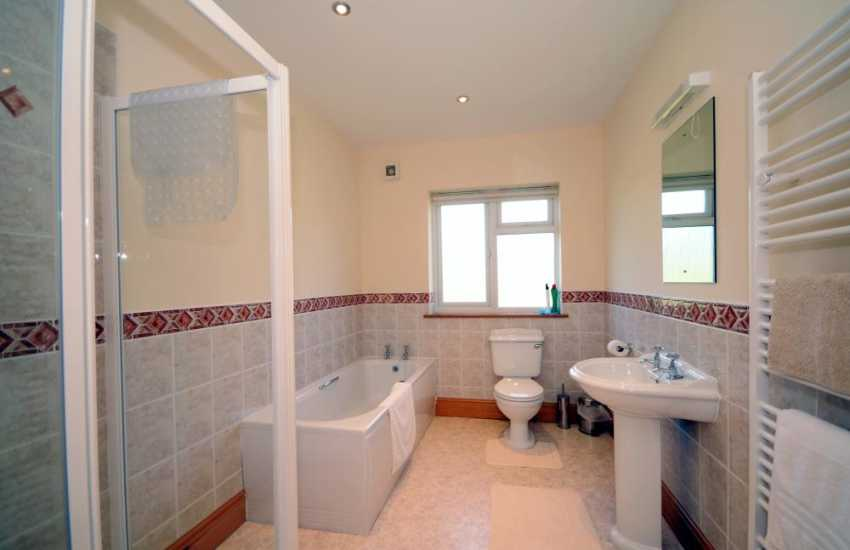 Chwilog holiday cottage - bathroom