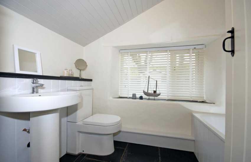 Abercastle holiday cottage - ground floor master en-suite bath/shower room