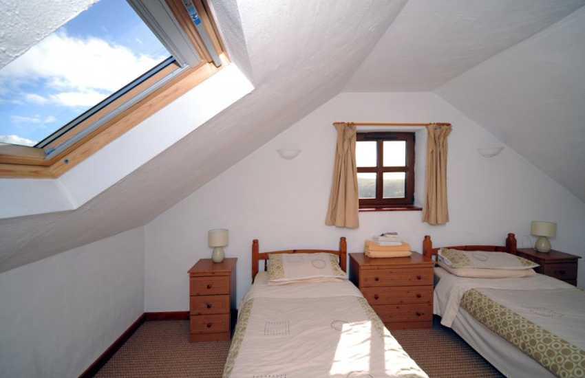 Holiday cottage near Caernarfon - twin bedroom