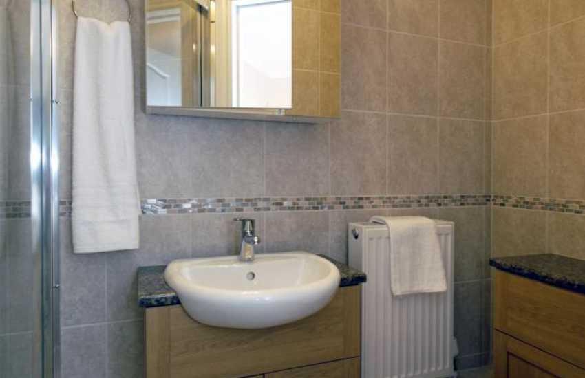 Pembrokeshire holiday home - ground floor double en-suite shower