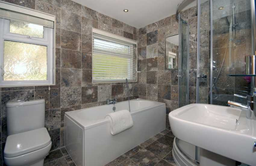 Manorbier holiday bungalow - family bathroom