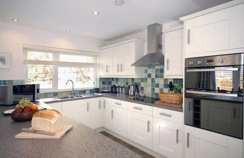 Self-catering Manorbier - luxury fitted kitchen