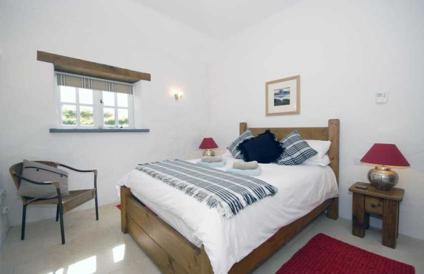 Pembrokeshire holiday home sleeping 8 - king size bedroom with en-suite shower