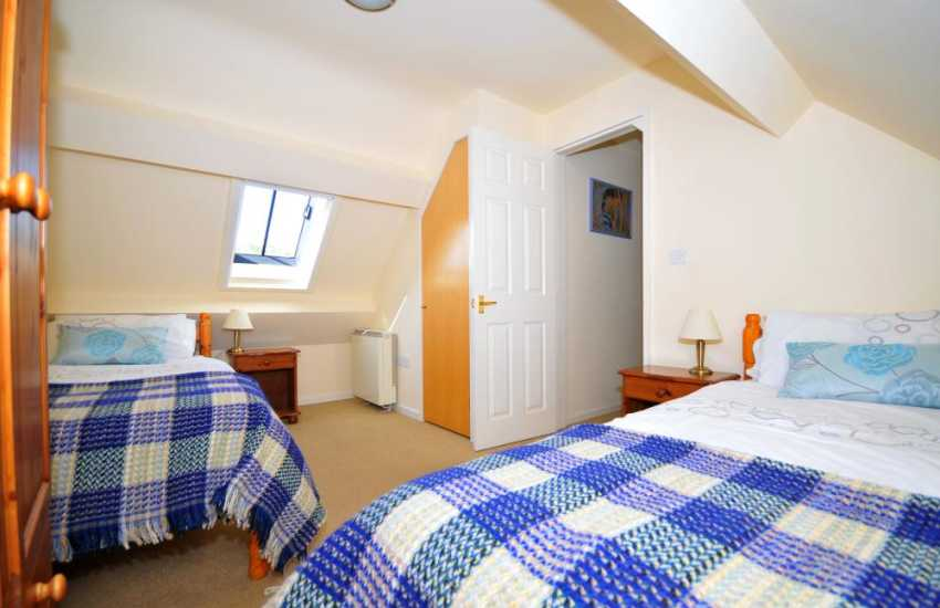 Mawddach holiday cottage - twin bedroom