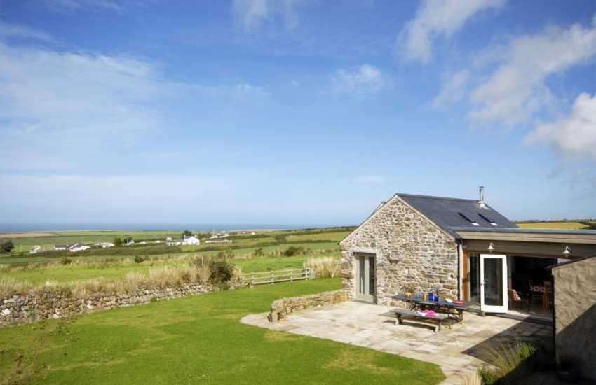 Holiday home near the coast at Abereiddy - garden area