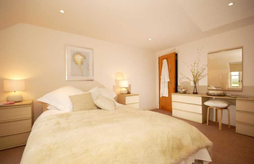 Pembrokeshire holiday cottage - master with king size bed