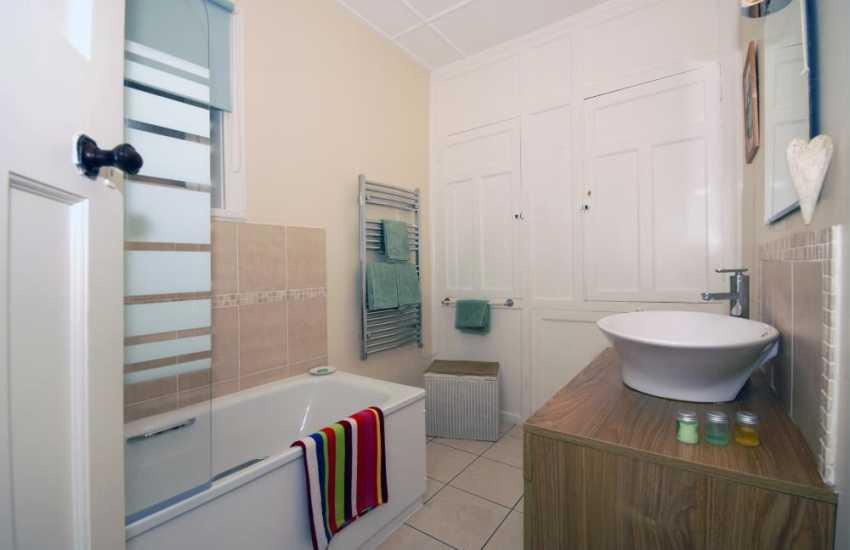 New Quay holiday house - family bathroom