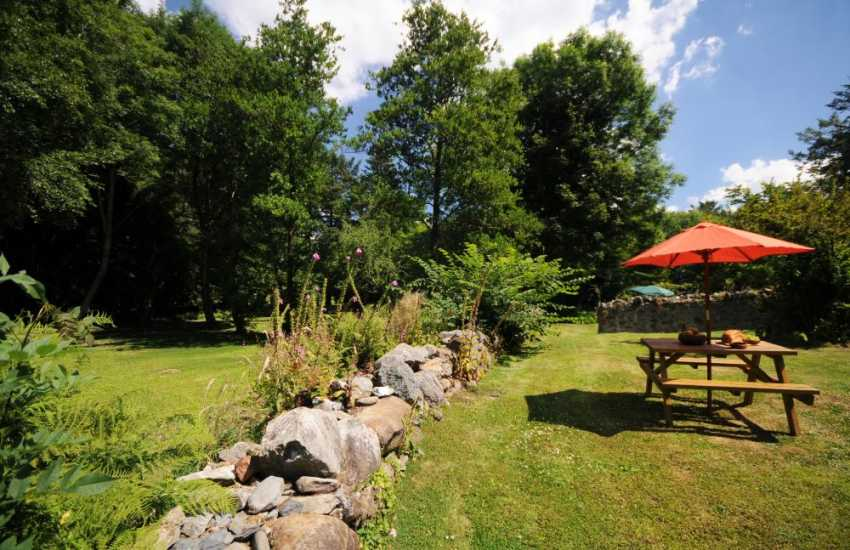 Woodland setting holiday cottage garden