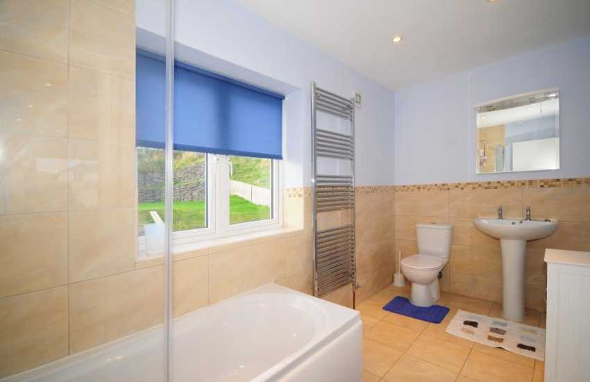 Welsh coastal holiday cottage - en-suite bathroom