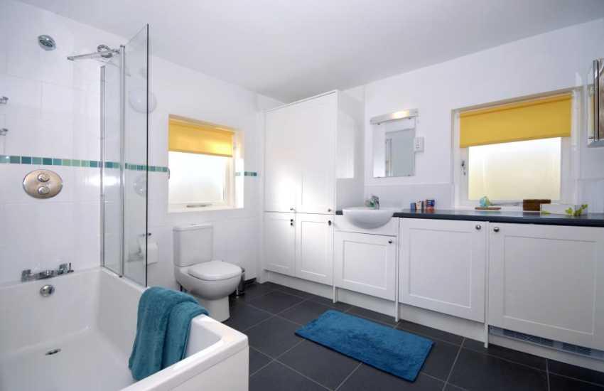 North Pembrokeshire coastal holiday home - ground floor en-suite bathroom