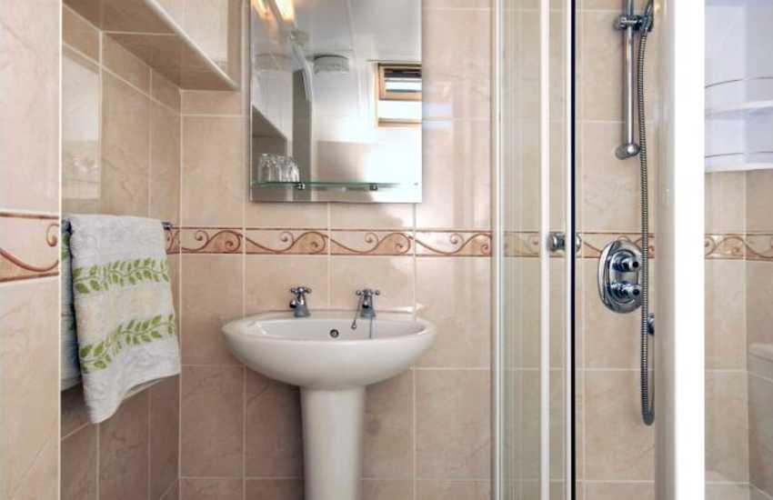 Aberaeron holiday home - master en-suite shower