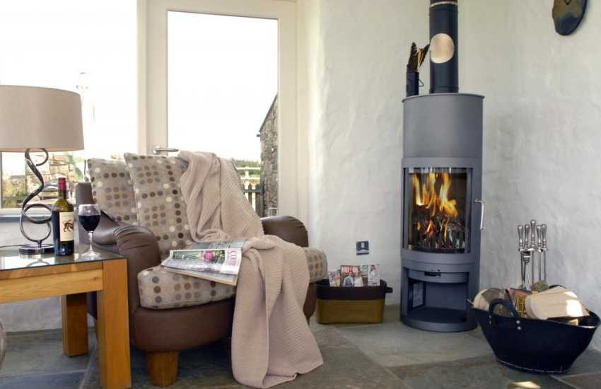 Cosy Pembrokeshire cottage with log burner, sea views and pets welcome
