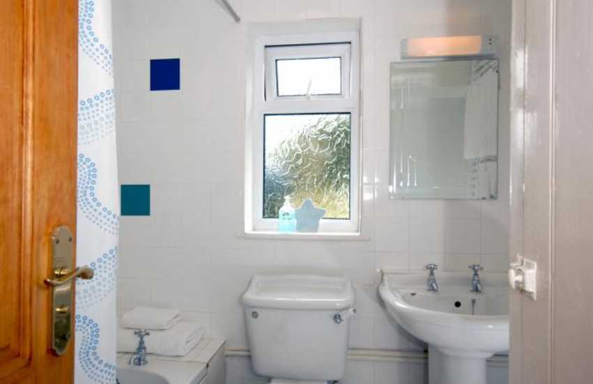 Nolton Haven holiday cottage - family bathroom