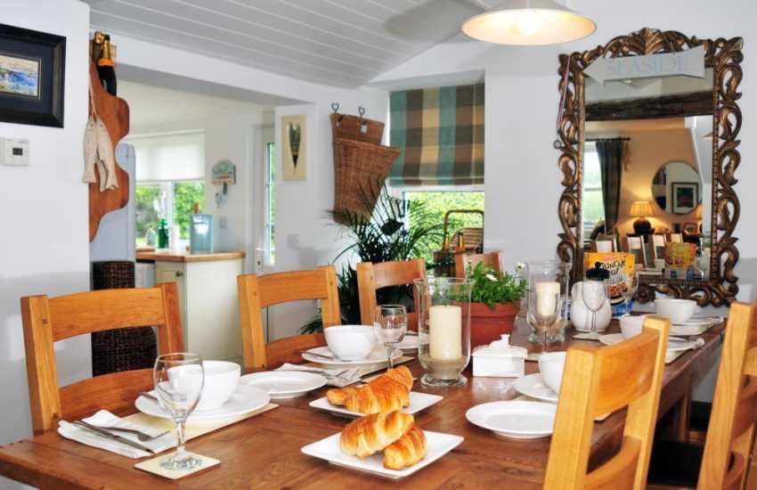 Holiday cottage near beach Morfa Nefyn - dining room