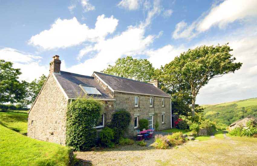 Poppit Sands cosy holiday cottage with gardens - pets