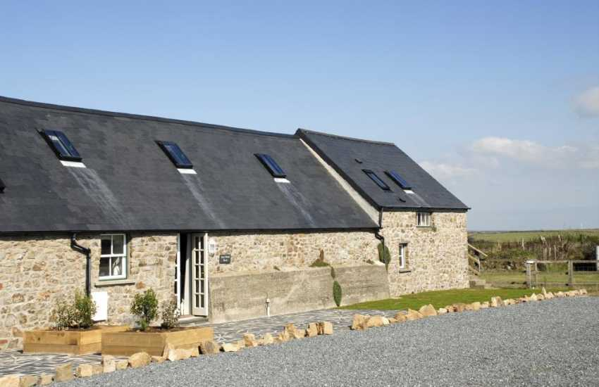 Marloes Sands restored holiday barn with sea views - dogs welcome