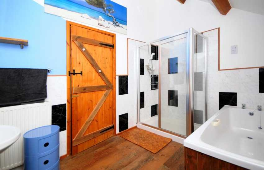 Snowdonia coastal cottage - bathroom
