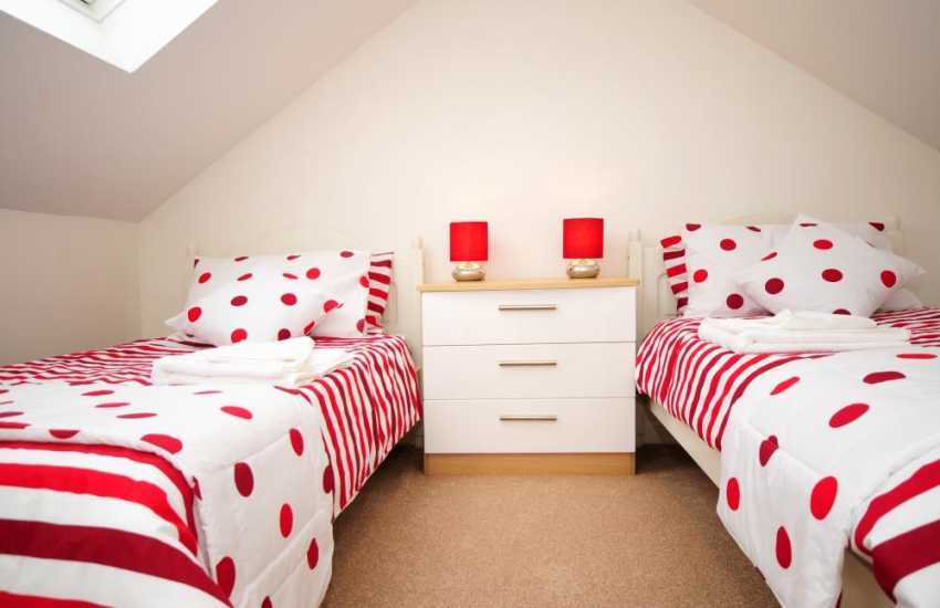 Menai Bridge holiday cottage - twin bedroom
