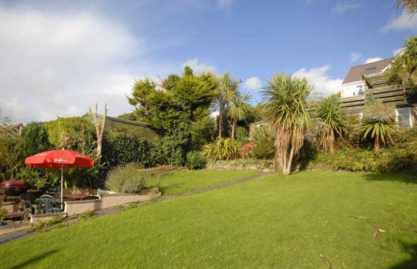 Holiday cottage with enclosed garden on the Milford Haven Waterway – pets welcome
