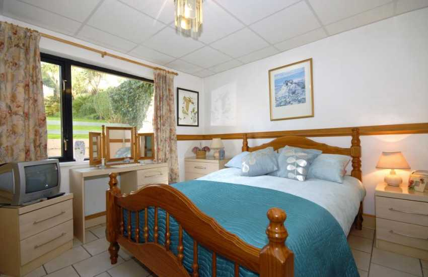 Holiday cottage Pembrokeshire sleeping 4 - double with garden views