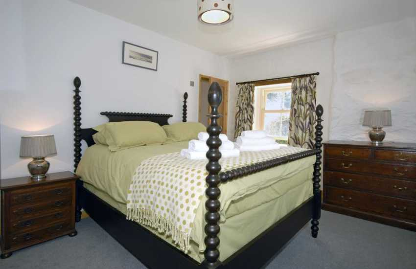 Newgale Sands holiday cottage 4 poster bedroom with en-suite shower