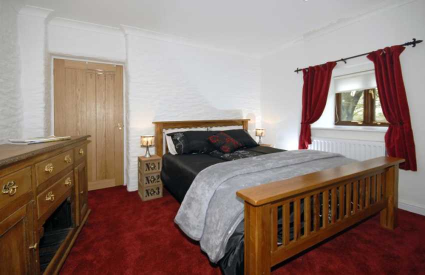 Cenarth holiday cottage- double bedroom with T.V.