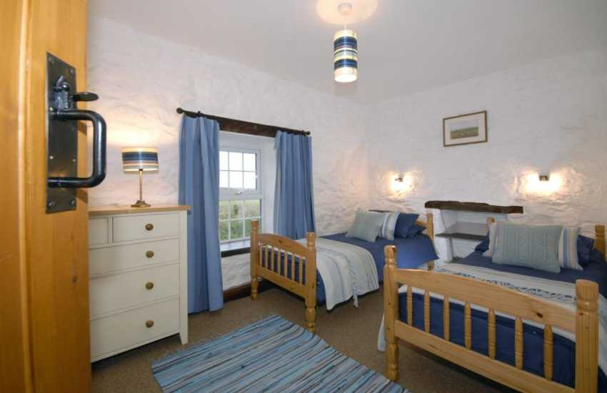 Pembrokeshire holiday cottage sleeps 4 - twin with coastal sea views