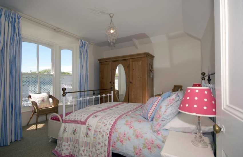 Manorbier coastal cottage with brass bed - double with village views