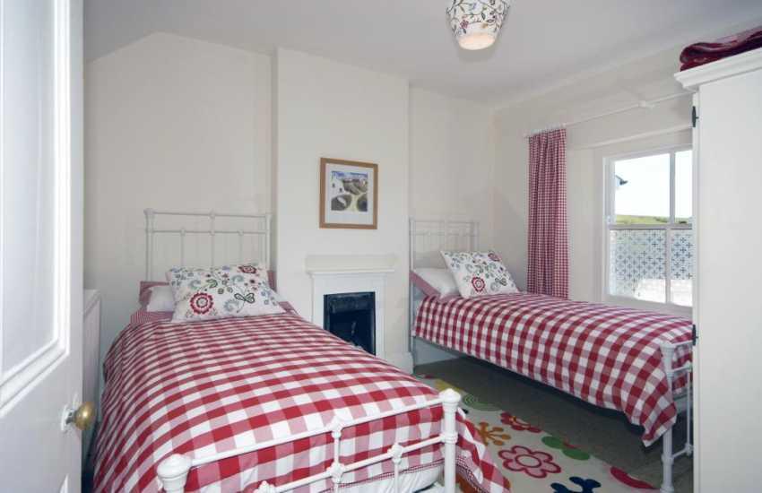 South Pembrokeshire coastal cottage Freshwater East sleeps 8 - twin