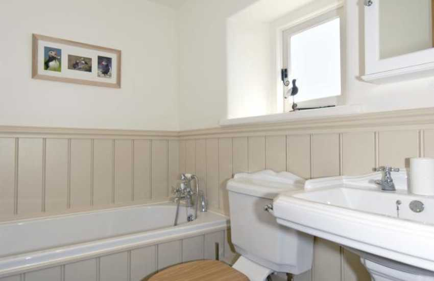 Manorbier holiday cottage - family bathroom