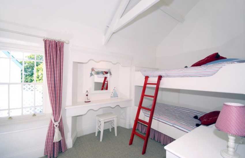 Manorbier holiday cottage sleeping 4 - sleigh bunk bedroom