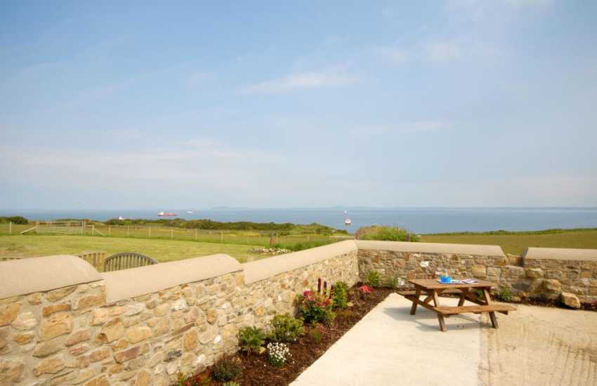 Self-catering Dale Peninsula - courtyard with picnic area and sea views