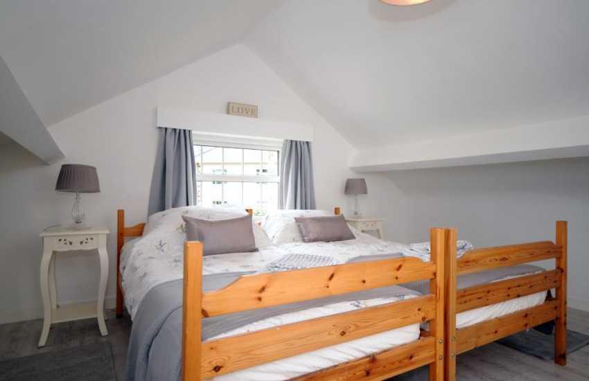 Holiday cottage Morfa Nefyn sleeps 8  - twin bedroom