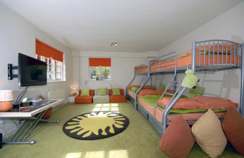 Private large self catering house Tenby sleeps up to 10 children - bunk room