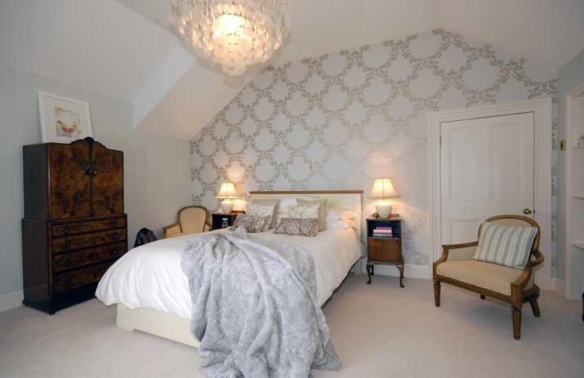 Tenby Pembrokeshire holiday house overlooking the sea - King size master bedroom