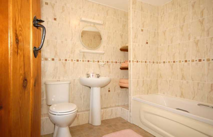Pembrokeshire holiday cottage - ground floor double en-suite bathroom