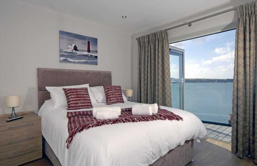 South Pembrokeshire holiday apartment - Kingsize master bedroom with river views