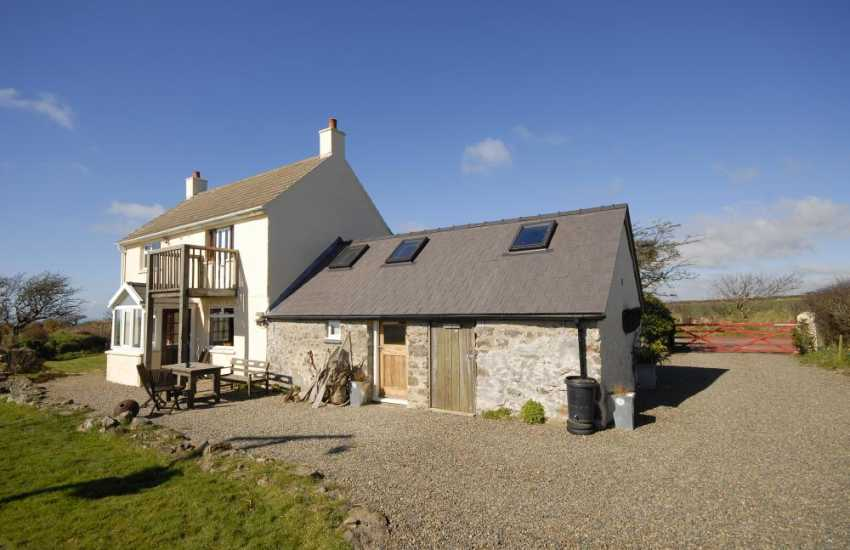 North Pembrokeshire holiday home with large gardens - dogs welcome
