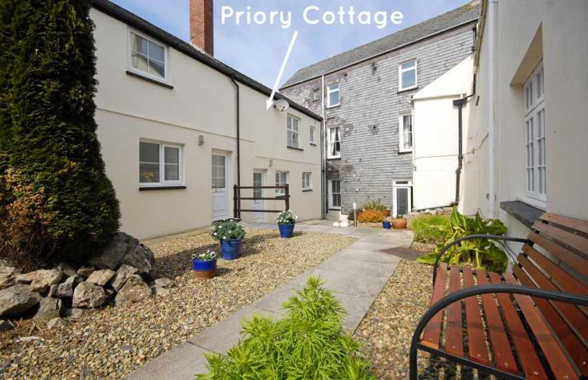 Pembrokeshire holiday cottage with shared courtyard garden - pets welcome