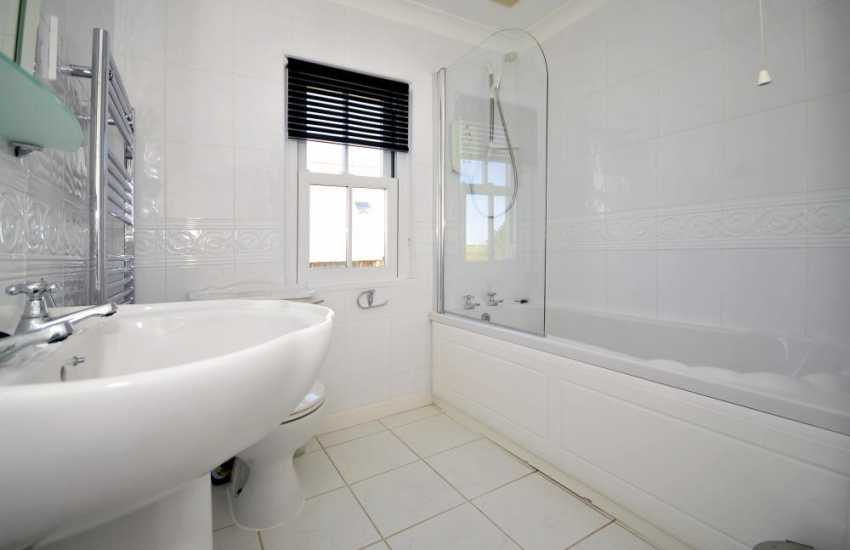 Llangrannog holiday cottage - bathroom