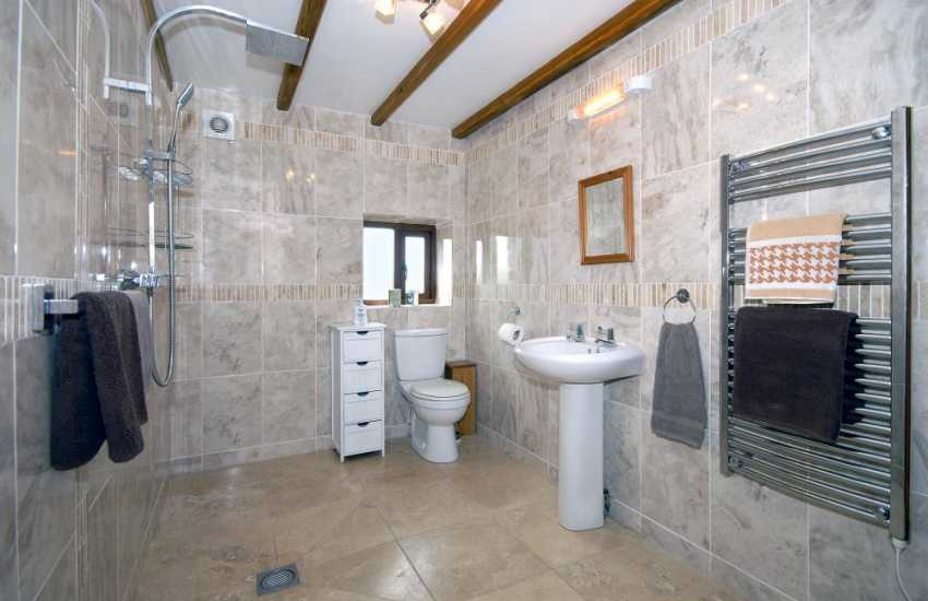 Pembrokeshire holiday cottage - large family wet room