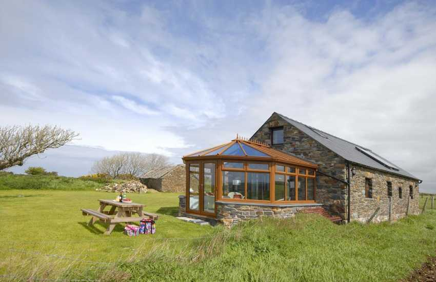 North Pembrokeshire holiday cottage with garden - dogs welcome
