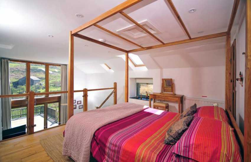 En-suite master bedroom in The Old Farmhouse-Harlech
