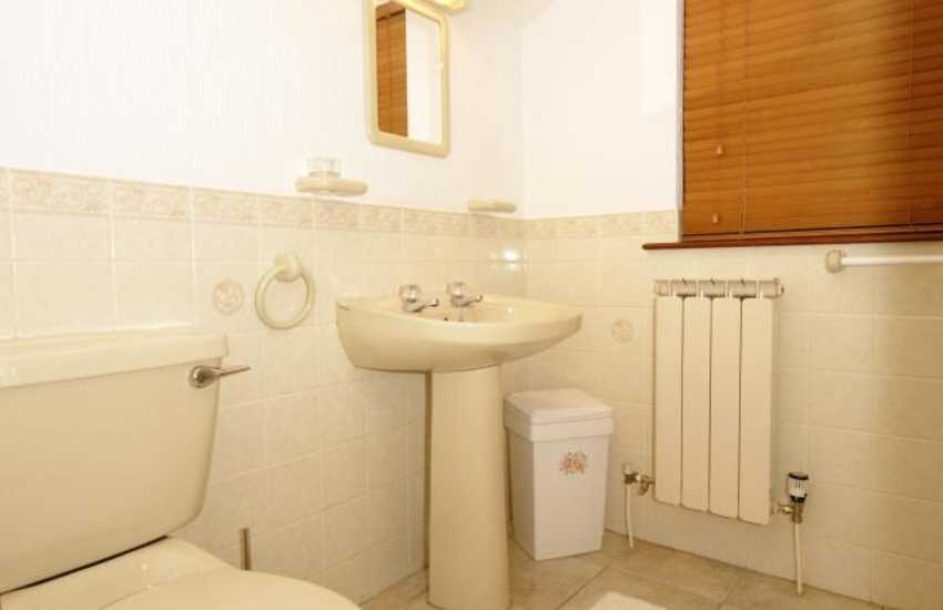 Riverside holiday cottage - first floor shower room