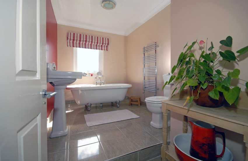 Cardigan Bay holiday home - luxury family bathroom