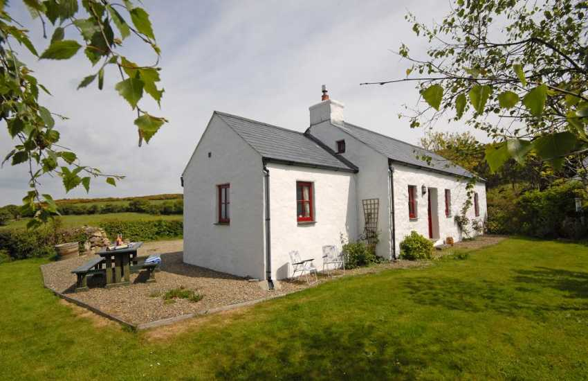 Traditional Pembrokeshire holiday cottage with sea views and gardens - pets welcome